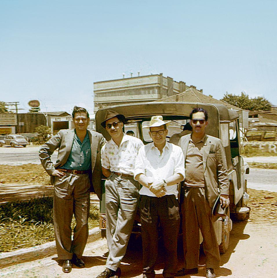צוות המוסד לפני היציאה לחווה. מימין לשמאל: י', רפי איתן, צבי אהרוני ובנימין רייכר
