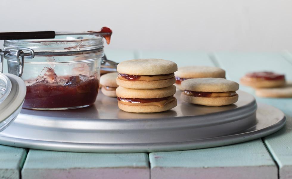 עוגיות סנדוויץ' עם ריבה וחמאת בוטנים (צילום: דניאל לילה, סגנון: נעמה רן)