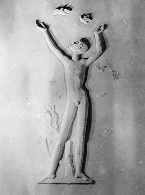 התבליט של הפסל הנודע נתן רפופורט, על הקיר שתחם את רחבת התיאטרון. ההרס כבר נותן בו אותותיו (צילום: באדיבות ארכיון קיבוץ מעברות)