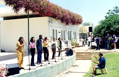 הבמה הייתה לב הקיבוץ, והחברים באו לראות הופעות ולהאזין לקונצרטים (צילום: דליה אשר, ארכיון מעברות)