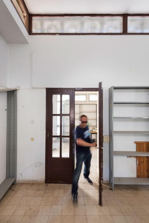 חדר הספרייה כעת. במבנה שרדו מרבית פרטי הבניין המקוריים, ובראשם דלתות הזכוכית, שביטאו את רעיון השקיפות והקשר בין פנים ובין חוץ. דלתות מסוג זה חזרו והופיעו ברבים מחדרי האוכל בקיבוצים  (צילום: ליאור גרונדמן)