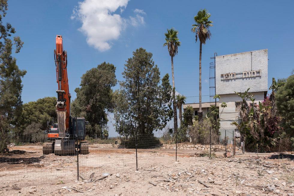כאן הורסים. גאוות החינוך הקיבוצי, מוסד ''רמות חפר'' בקיבוץ מעברות, נהרס כמעט כליל לטובת שכונת וילות חדשה (צילום: ליאור גרונדמן)