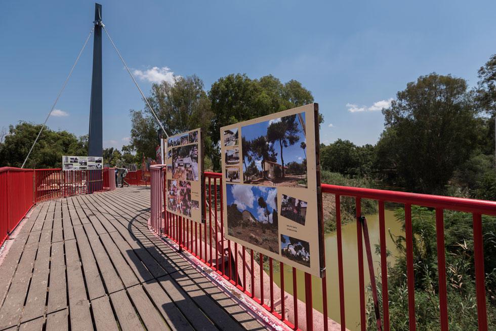 תערוכת צילומים היסטוריים מימיו הארוכים והמפוארים של ''רמות חפר'', באוצרותה של חברת הקיבוץ דליה בר אמוץ, נתלתה לאורך נחל אלכסנדר (צילום: ליאור גרונדמן)