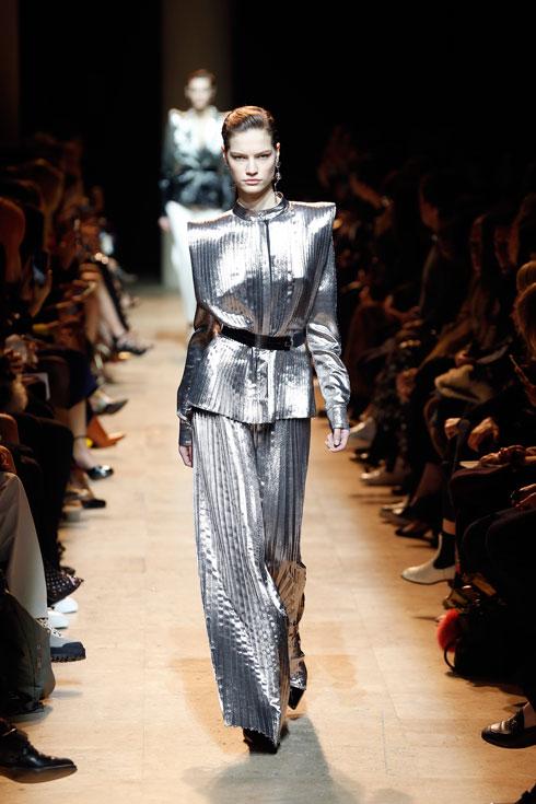 """בהשראת """"בלייד ראנר"""". תצוגת האופנה של מוגלר (צילום: Gettyimages)"""