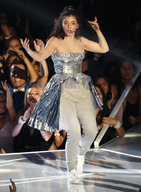 עתידני למעלה, טרנינג למטה. לורד מופיעה בטקס פרסי ה-VMA (צילום: Gettyimages)