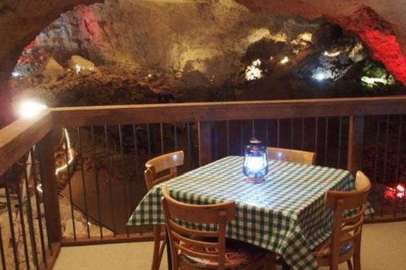 הייתם אוכלים בעומק 60 מטרים מתחת לאדמה? ()