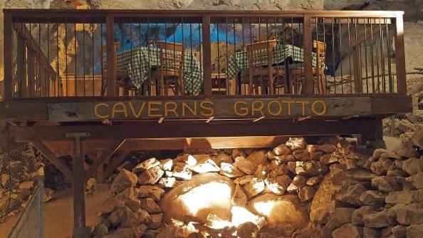 מסעדת קייברנס גרוטו: שילוב של טברנה עם מערה ()