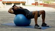 צפו: אימון מאתגר לכל הגוף עם כדור פיזיו
