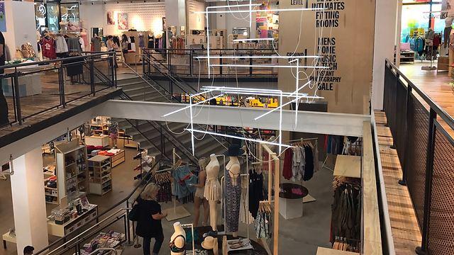 """חנות אורבן אאוטפיטרס (צילום: יח""""צ חול)"""