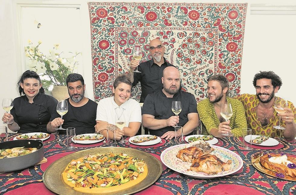 אהרוני גאה לארח (מימין): ענר הרקוב, תמיר מיכאלי, יאיר יוספי, סאני דרעי, תומר אגאי וחן לוינשטיין   (צילום: שי ניבורג)