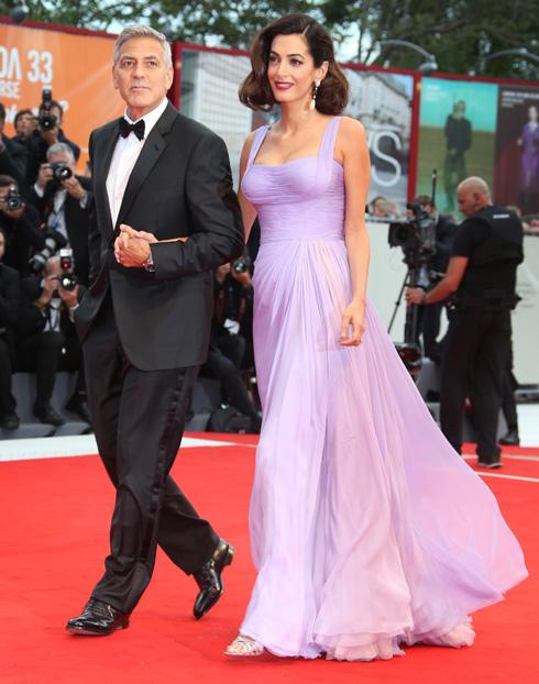 אמאל קלוני בשמלה של אטלייה ורסאצ'ה בערב הפתיחה (צילום: AP)