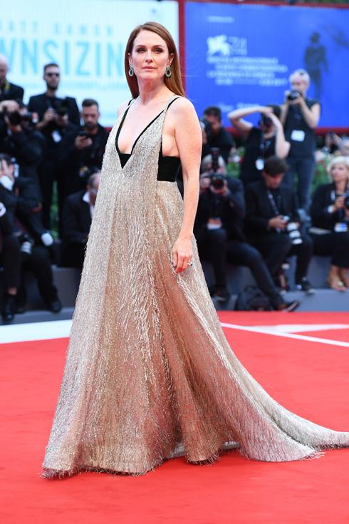 ג'וליאן מור בשמלה של ולנטינו (צילום: Gettyimages)