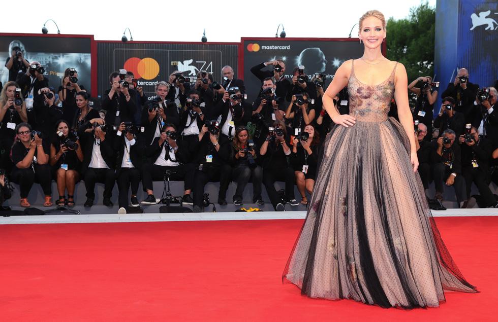 ג'ניפר לורנס. לפעמים חוזים בין כוכבות גדולות לבתי אופנה עלולים להסתיים במפח נפש על השטיח האדום (צילום: Gettyimages)