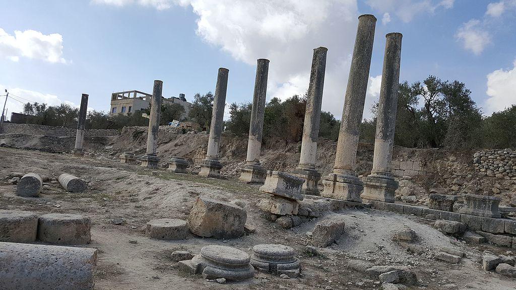 שדרת העמודים בעיר שומרון (צילום: Ovedc)