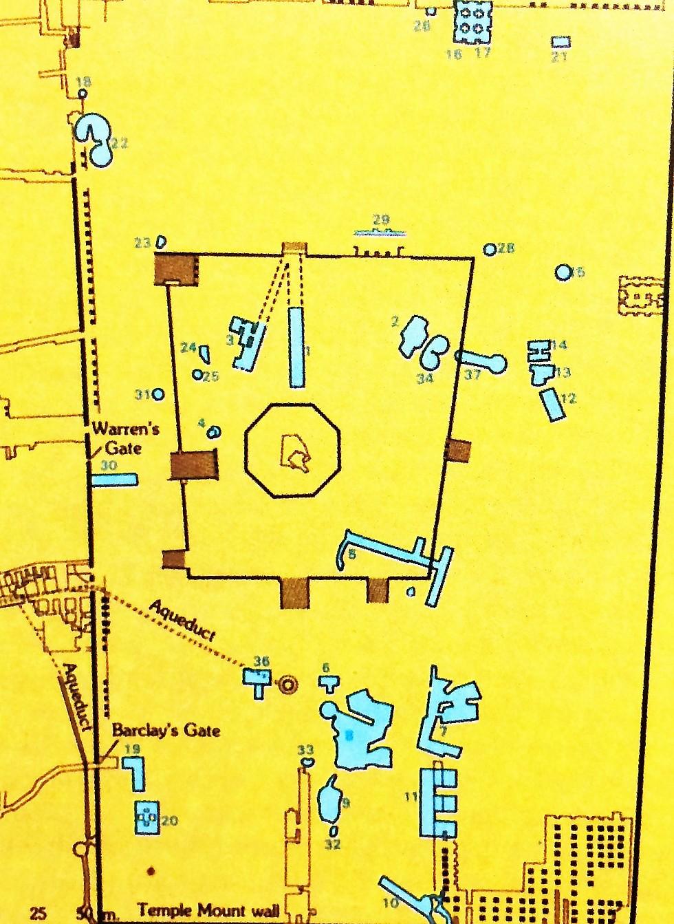 """""""יש ממצאים ארכיאולוגיים של ממש על הרב הבית, הכוללים בורות מים חשובים - המרובעים ככל הנראה מתקופתו של הורדוס, והעגולים שייכים למקדש הקדום"""" (צילום: מתוך אטלס כרטא לתולדות ירושלים) (צילום: מתוך אטלס כרטא לתולדות ירושלים)"""