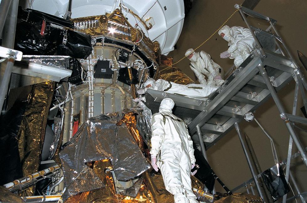 """עובדים על קאסיני, לפני השיגור (צילום: נאס""""א) (צילום: נאס"""