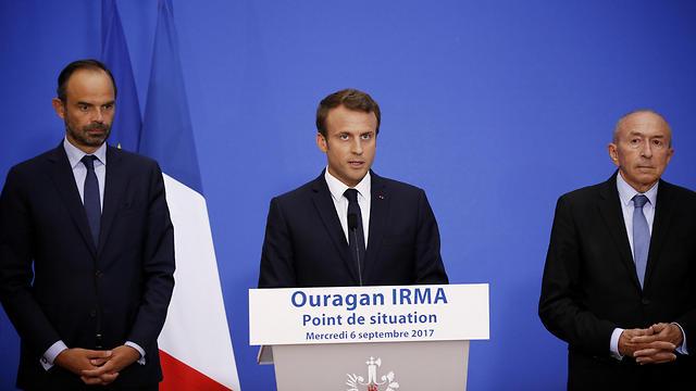 מימין לשמאל: שר הפנים של צרפת ז'ראר קולומב, הנשיא עמנואל מקרון וראש הממשלה אדואר פיליפ (צילום: MCT) (צילום: MCT)