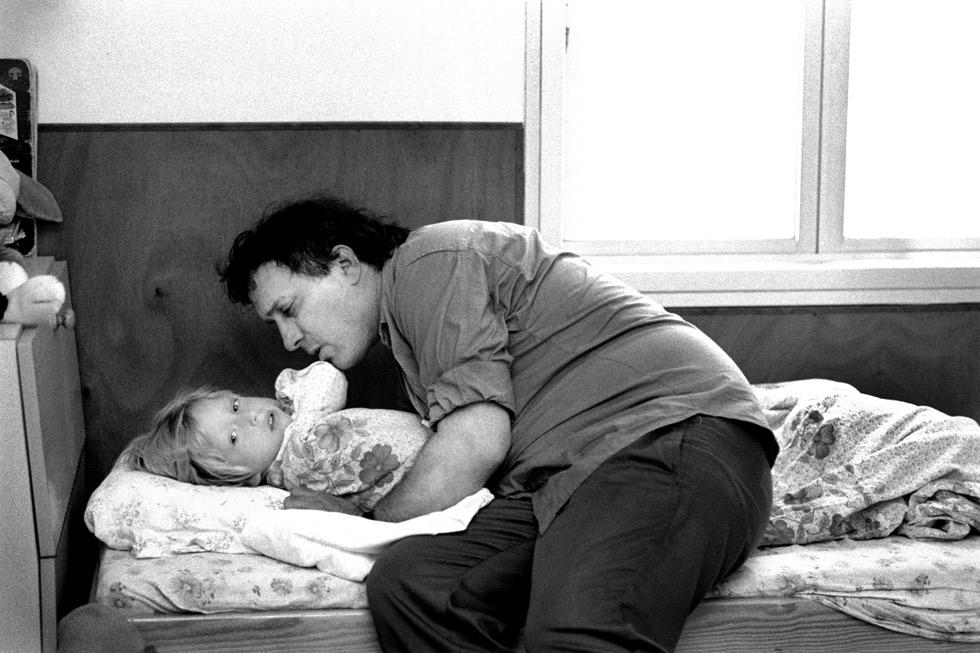 """'יש לי כאן ילד'. אסי דיין ובנו ליאור. צילום"""" משה שי"""