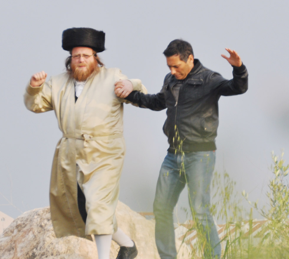 """ירון קנר מרחף עם שמואל פפנהיים, מהוגי פרויקט משותף עם הינם. צילום: יח""""צ ()"""