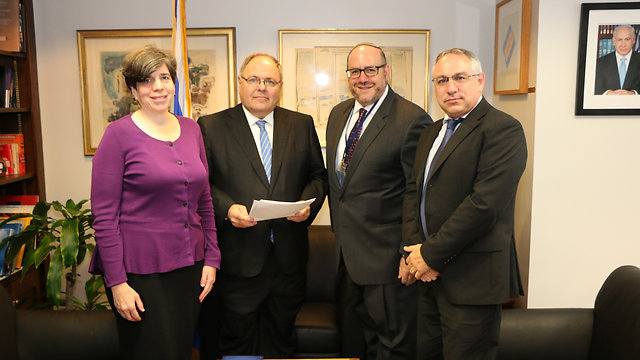 The Consul-General receives the letter. L to R: Julie Schonfeld, Dani Dayan, Steve Warnick