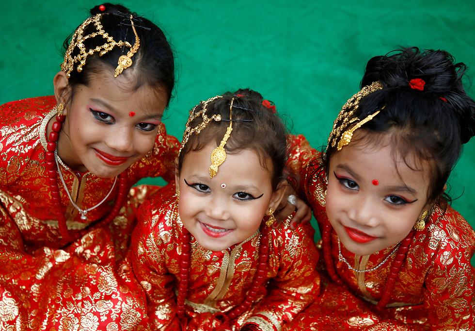 ילדות לבושות כאלות בקטמנדו, נפאל (צילום: רויטרס)