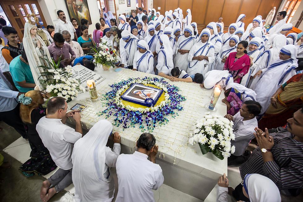 נזירות מציינות 20 שנה למותה של אמא תרזה בהודו (צילום: EPA)