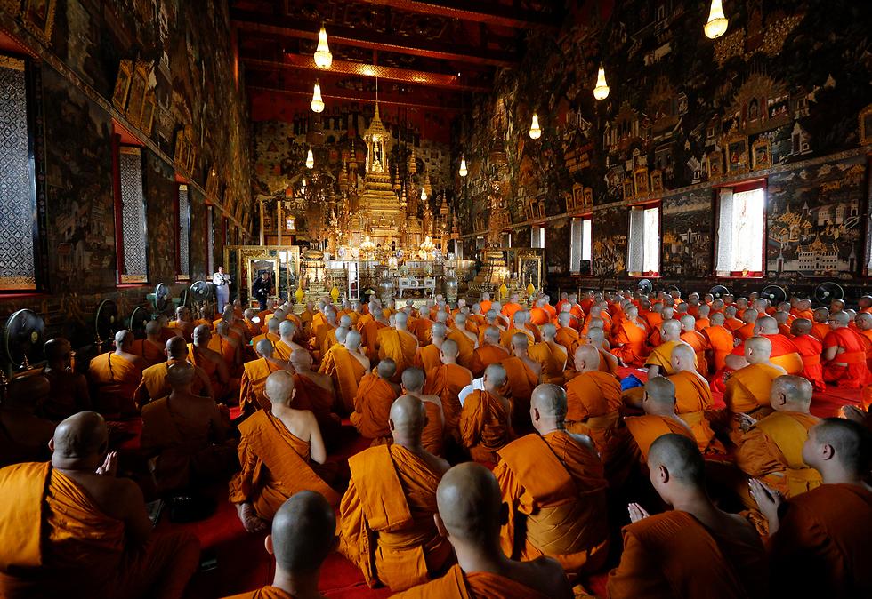 נזירים בטקס לזכר המלך המנוח בארמון המלכותי בבנגקוק, תאילנד (צילום: EPA)