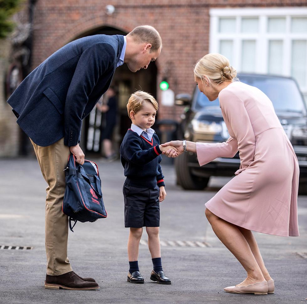הנסיך הבריטי ג'ורג' ואביו וויליאם פוגשים את מנהלת בית הספר שלו ביומו הראשון בבית הספר (צילום: MCT)