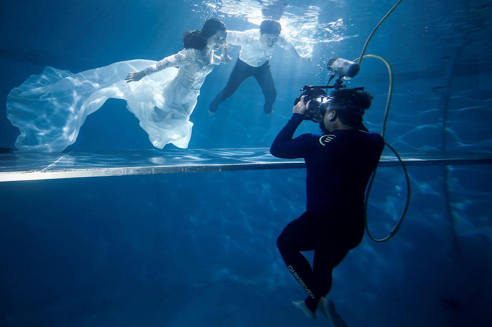 חתונה מתחת למים בבריכה בבייג'ינג, סין (צילום: רויטרס)