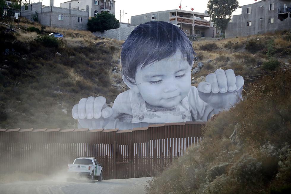 מחאה מעבר לגבול (צילום: AP)