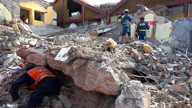 מחלצים מחפשים ניצולים במדינת אואחאקה מקסיקו (צילום: EPA)