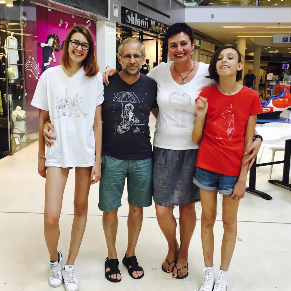 Соня в кругу семьи - с сестрой и родителями