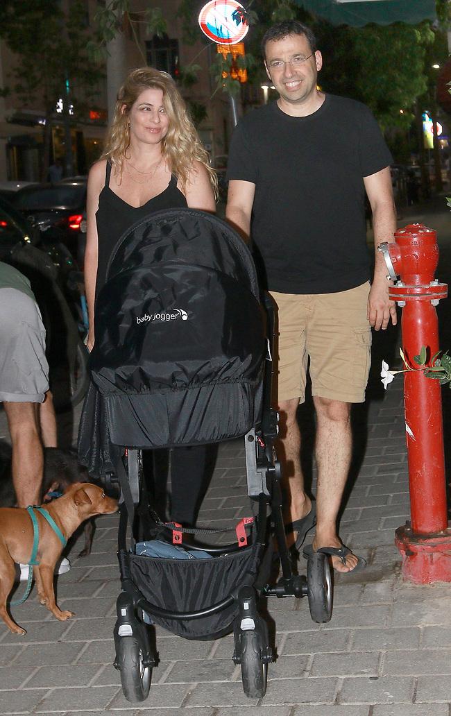 סיבה למסיבה. רביב דרוקר, ענת גורן והתינוק (צילום: ענת מוסברג)