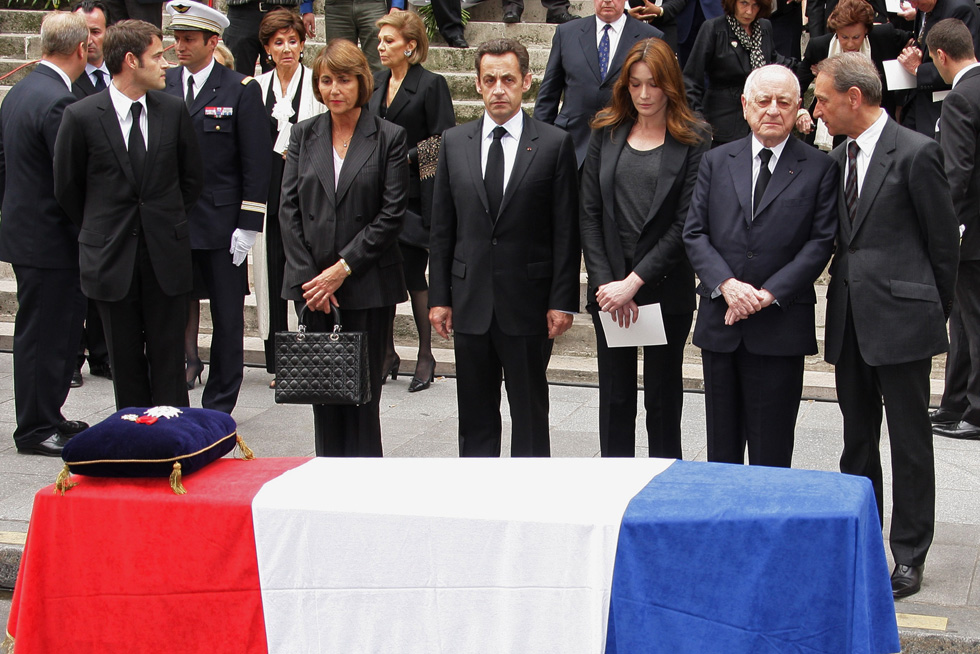 """הלוויה של איב סן לורן. """"לאחר שכל חייו עמד ברז'ה לצדו של סאן לורן כדי לגונן עליו ולהאדיר את שמו, עכשיו הוא נותר לבד"""" (צילום: Gettyimages)"""