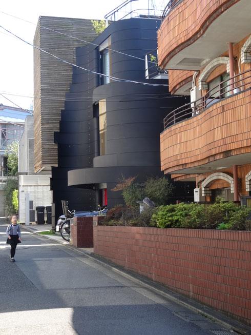 הבית נבנה בין שני בתים בסגנון שונה לחלוטין (צילום: אריה קוץ, ניר – קוץ אדריכלים)