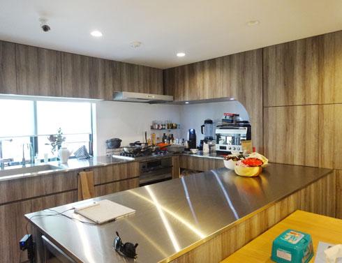 שטחו של הבית 163 מטרים רבועים. המטבח נמצא בקומה הראשונה (צילום: אריה קוץ, ניר – קוץ אדריכלים)