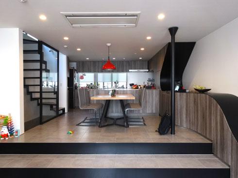 הקומה היא שטח פתוח, עם מדרגות אל הקומה השנייה, שבה חדרי השינה (צילום: אריה קוץ, ניר – קוץ אדריכלים)