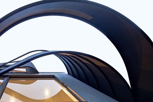 מבט מלמטה אל רצועות הברזל, שהיו אמורות להישאר בגוון טבעי ולבסוף נצבעו  (צילום: Anatole Papafilippou - TokyoPhotoStudio.com)