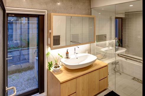 חדר הרחצה בקומה השנייה (צילום: Anatole Papafilippou - TokyoPhotoStudio.com)