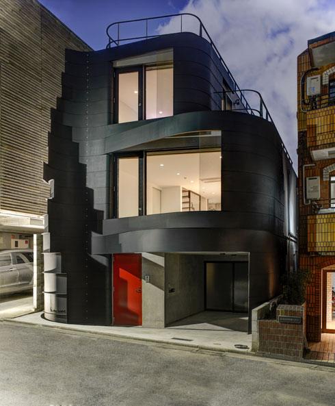ארד מעצב פסלים שזועקים את נוכחותם במרחב, בין אם הם בית פרטי, קניון או מלון  (צילום: Anatole Papafilippou - TokyoPhotoStudio.com)