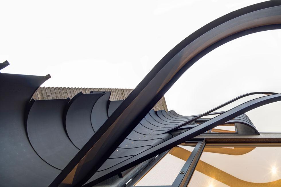 """""""אמרתי לארד"""", מספר היהלומן הישראלי שחי ביפן כבר עשרים שנה, """"שאני רוצה שהבית יראה כמו יהלום. דמיינתי הרבה קווים ישרים ומשולשים, אבל כבר בסקיצה הראשונה שהוא העביר הבנתי שלא אוכל להגיד לו מה לעצב, שזה יהיה מה שרון ארד רוצה""""  (צילום: Anatole Papafilippou - TokyoPhotoStudio.com)"""