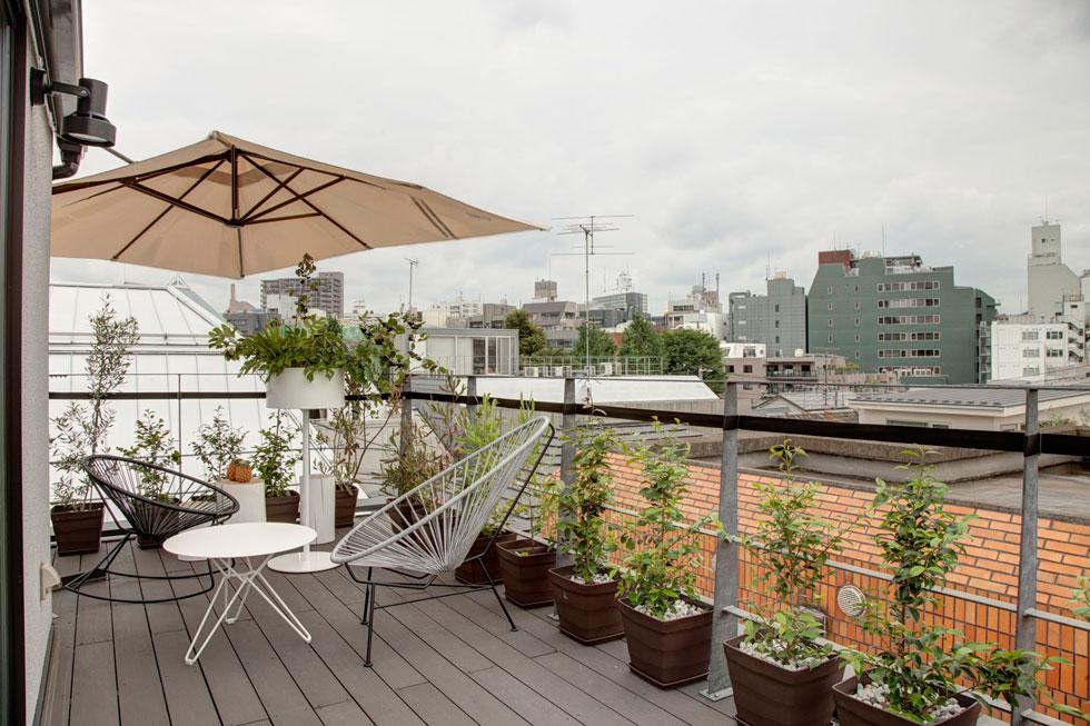 """הנוף מהמרפסת הפתוחה על הגג. """"היה לי ברור"""", אומר בעל הבית, """"שאני חייב למצוא דרך לשים את השם של רון ארד על הבית"""". חתימתו אכן מופיעה על החזית (צילום: Anatole Papafilippou - TokyoPhotoStudio.com)"""