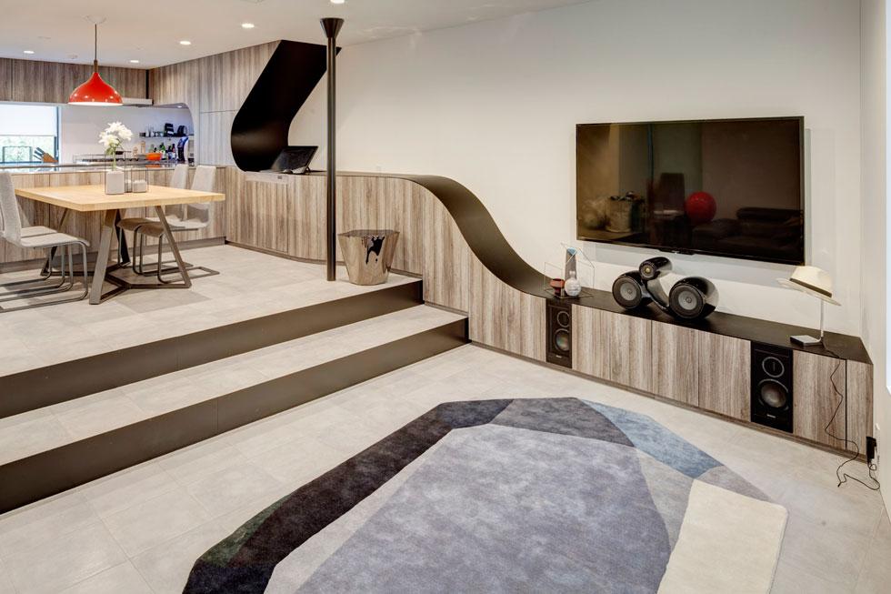 """בקומה הראשונה סלון, פינת אוכל ומטבח בחלל אחד. """"יש ביפן שוק לקוחות הפתוח לאוונגרד של אדריכלות גם בבתים פרטיים"""", אומר אדריכל אריה קוץ, ומסביר שהרשויות אינן מתערבות בעיצוב כלל, כמו בכל דבר אחר שאינו ''מדיד'' (צילום: Anatole Papafilippou - TokyoPhotoStudio.com)"""
