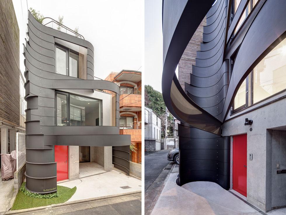 המגרש קטנטן - 52 מטרים רבועים - והבית נבנה לגובה שלוש קומות בין שני בתים קיימים. החזית המעוצבת ניצבת באלכסון לרחוב, ולא במקביל אליו, כדי שמי שעולה ברחוב יראה כמה שיותר ממנה (צילום: Anatole Papafilippou - TokyoPhotoStudio.com)
