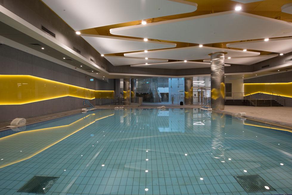 הבריכה המרכזית היא בריכה חצי אולימפית. שטחו הכולל של המרכז 8,000 מטרים רבועים, הפרושים על פני שלוש קומות  (צילום: ליאור גרונדמן)