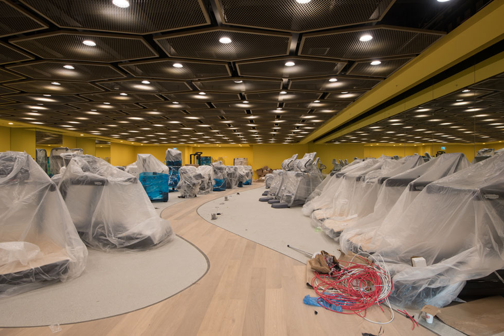"""אולם המכשירים בקומה העליונה. שדה פלסטיק צהוב. """"ומלבד השביל"""", אומר המעצב רן ינוב, """"כל שאר הריצוף הוא יציקה סינטטית'' (צילום: ליאור גרונדמן)"""