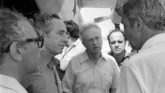 Peres and Rabin speak to the pilot of the Air France flight after the return of the hostages to Israel (Photo: IDF Archives)
