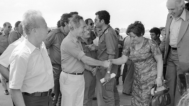 Peres and Rabin welcome the hostages back to Israel (Photo: IDF Archives)