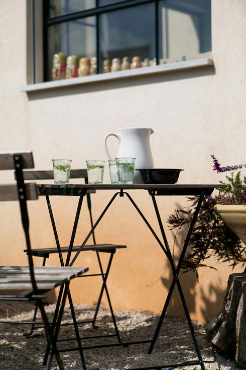 פינת אוכל בחצר האחורית (צילום: שירן כרמל)