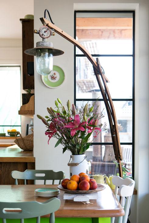 המנורה העומדת בפינת האוכל נבנתה מחלקי חבית (צילום: שירן כרמל)